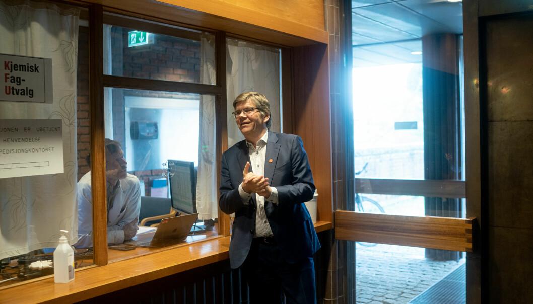 rektor Svein Stølen i ekspedisjonen på Kjemisk institutt, Universitetet i Oslo. Venter på statsråd Henrik Asheim.