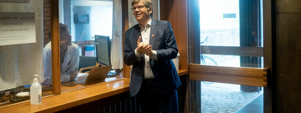 Svein Stølen har tatt antibac på hendene. Dette er fra seint i april, da universitetet var i ferd med å åpne opp.