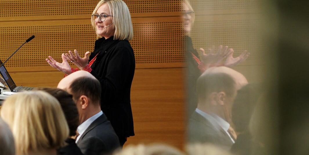Utvalgsleder Helga Aune overleverte forslaget til ny lov om universiteter og høyskoler 13. februar.
