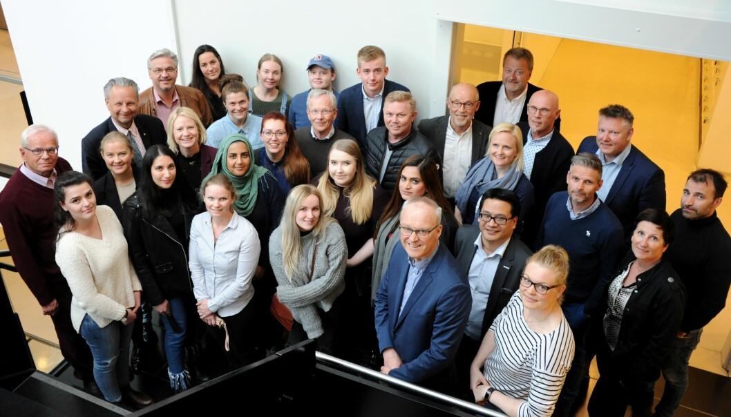 Biletet viser mentorar og studentar i Drammen for to år sidan. Studentar ved USN får tilbod om mentor fem stader; Drammen, Vestfold, Kongsberg, Bø og Ringerike. Primært er ordninga for økonomistudentar, men i år er òg nokre ingeniørar med.