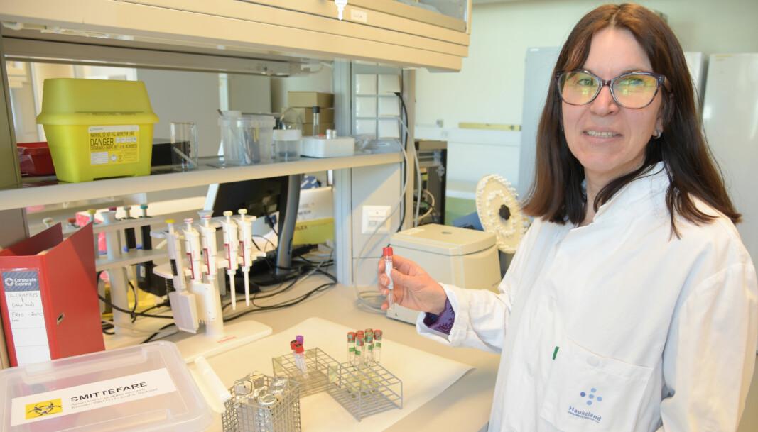 Professor Rebecca Cox jobbar ikkje med ein vaksine no, men ho jobbar med testar frå pasientar som har hatt covid-19.