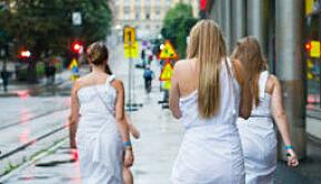 Sexdans og fri flyt av alkohol for jentene på fadderfest