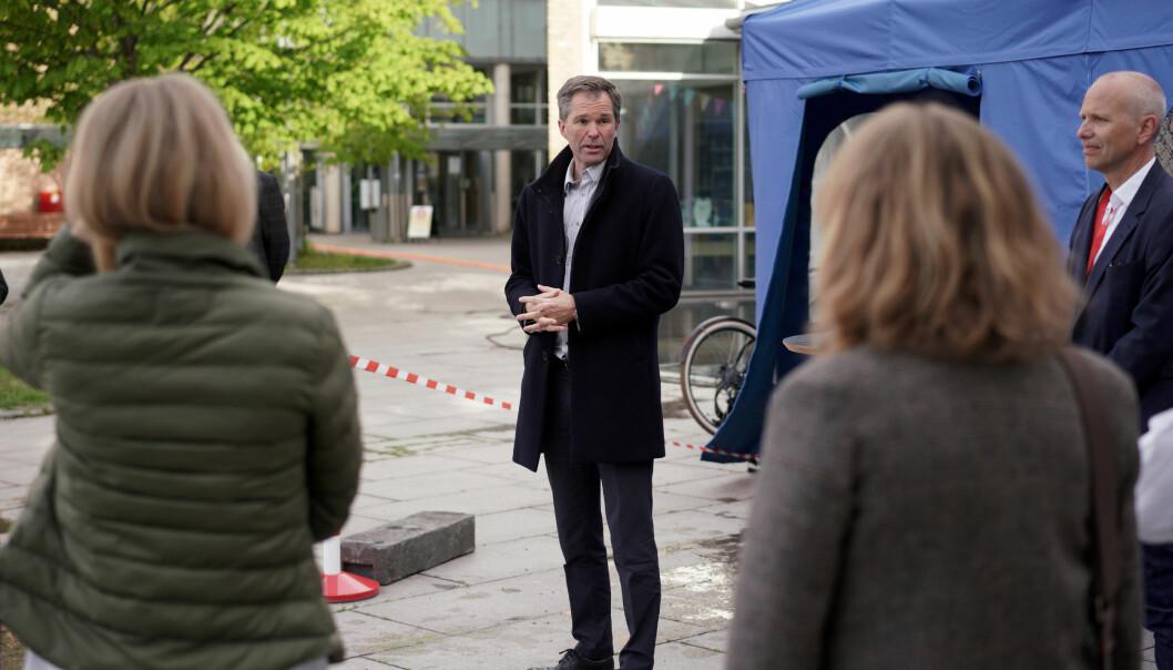John-Arne Røttingen, adm. dir. i Forskningsrådet, skal lede styringsgruppen for det nasjonale kunnskapsprogrammet om korona-viruset. Her utenfor Rikshospitalet i mai 2020.