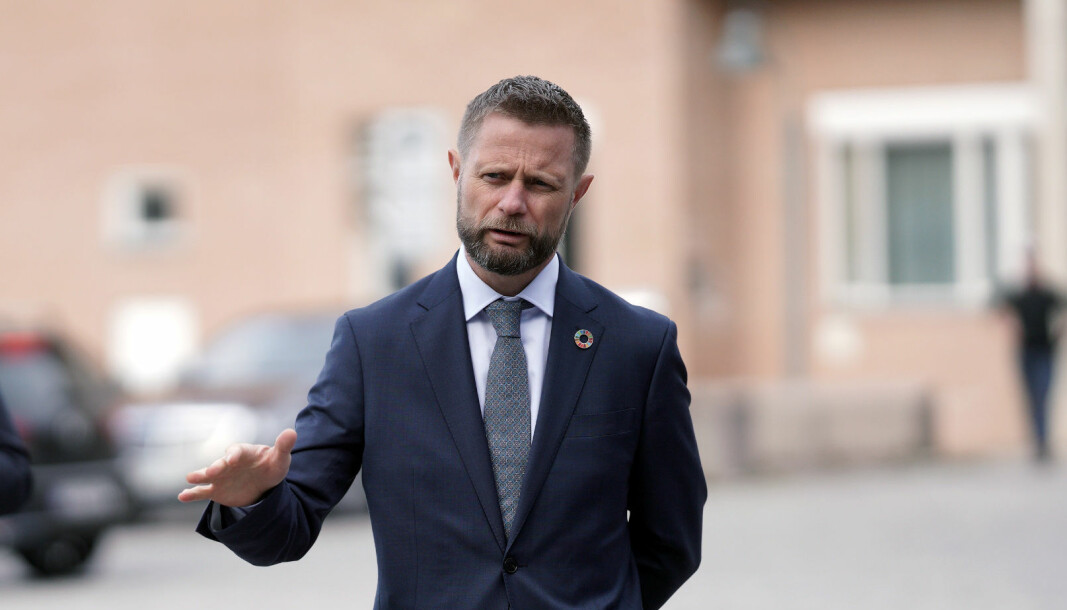 Helseminister Bent Høie informerte om nye tiltak lørdag morgen.