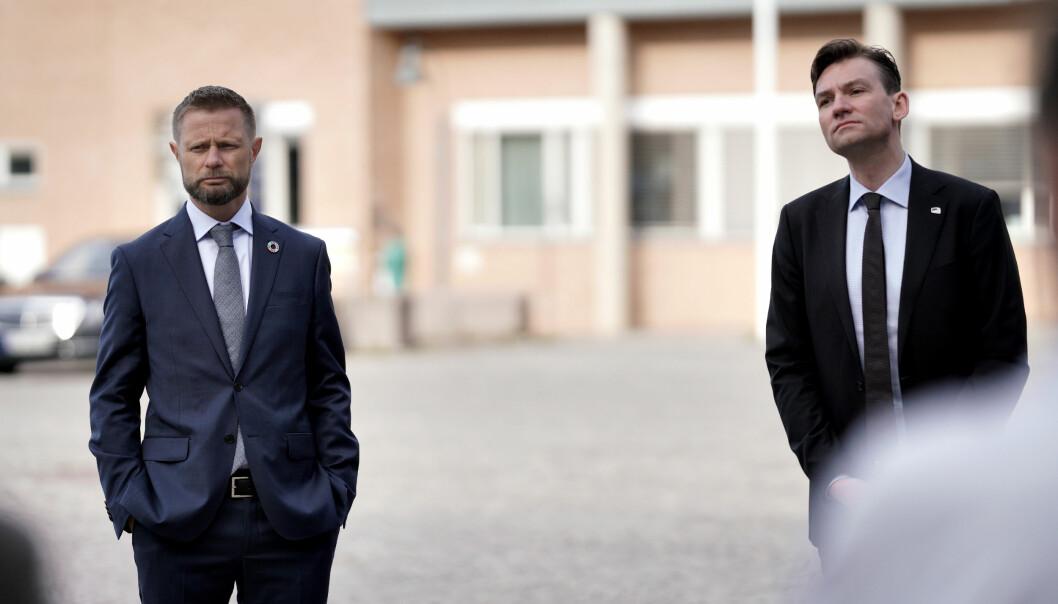 Bent Høie (H), her sammen med forskings- og høyere utdanningsminister Henrik Asheim (H) ber studenter om ikke å reise hjem til påske.