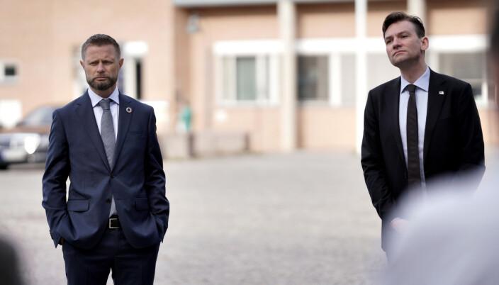Helseminister Bent Høie og forsking- og høgare utdanningsminister Henrik Asheim, følgde nøye med då Kristin Hofsø fortalde om studien.
