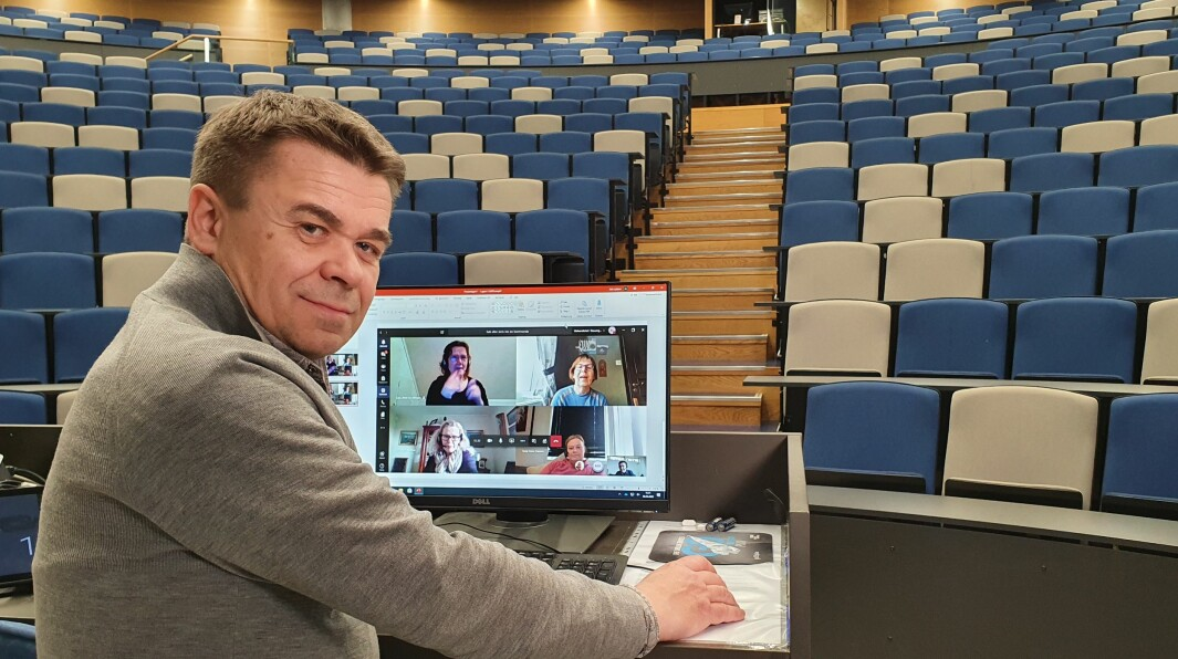 Atle Løkken i det største og nyeste auditoriet vedUniversitetet i Stavanger, som nå et tomt for studenter, men likevel brukt til streaming av forelesninger på nett. Spørsmålet er om koronakrisen har vist oss at vi kanskje ikke lenger trenger denne typen rom for å gi undervisning til studentene, spør Løkken.