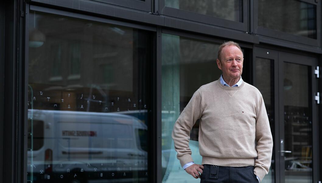 Knut Erik Kismul er prosjektleiar for nybygget. I areala bak han skal det koma kafé. Planen er òg at det skal koma stolar og bord på plass ute.