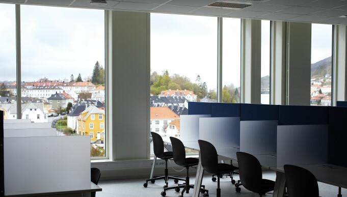 Studentarbeidsplasser/lesesal i det siste nybygget ved Høgskulen på Vestlandet. Smitteverneksperter tror denne typen miljøer blir endret i fremtiden.