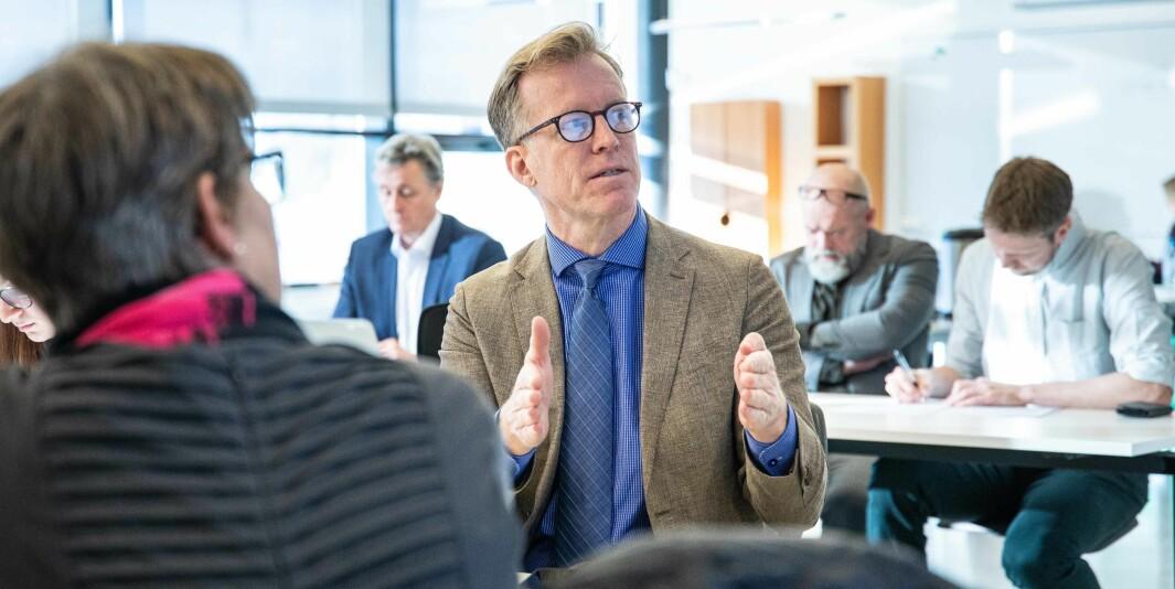 Rektor på OsloMet, Curt Rice, får så hatten passer av Pål Veiden. Digitalisering, hjemmekontor, priritering av kvinner til campus og Kjeller-flytting er blant forholdene Veiden adresserer.