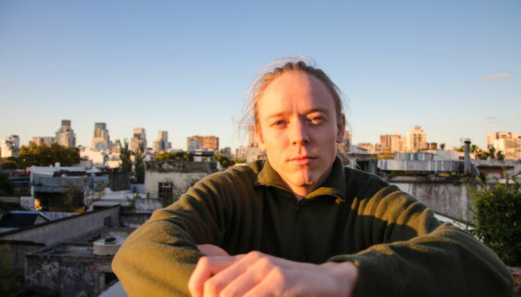 Bendik Nes ser på solnedgangen fra taket av huset sitt i Buenos Aires. Han var bare på universitetet i omlag en uke før det ble slutt på undervisning der. Så kom portforbudet.
