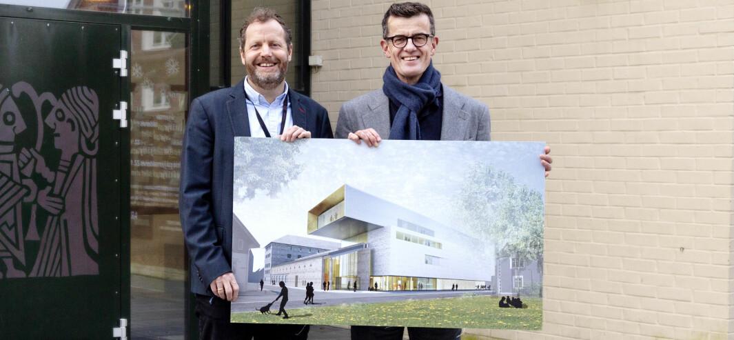 Museumsdirektør Ole Madsen sammen med rektor ved Universitetet i Stavanger, Klaus Mohn.