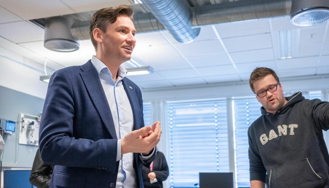 Forsking- og høgare utdanningsminister Henrik Asheim deler ut pengar til fleire prosjekt som skal utvikle betre undervisning og vurderingspraksisar.