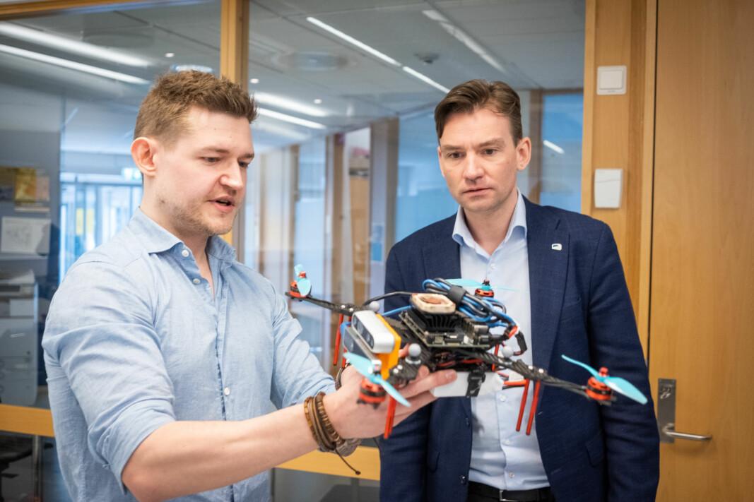 OsloMet-student Dennis Larsen viste ivrig fram droneprosjektet, som han og Kristoffer Valderhaug står bak, for statsråd Henrik Asheim.
