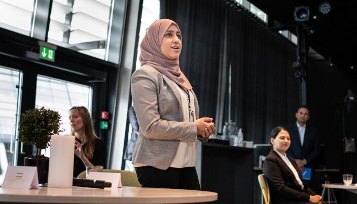 Iffat Ahmed, deltaker i Open Mind prosjektet. Til Høyre en annen programdeltaker Manal Asghar.