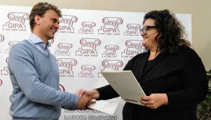 Terje Skjerdal og rektor Maka Loseliani ved GIPA signerer samarbeidsavtalen i januar 2018.