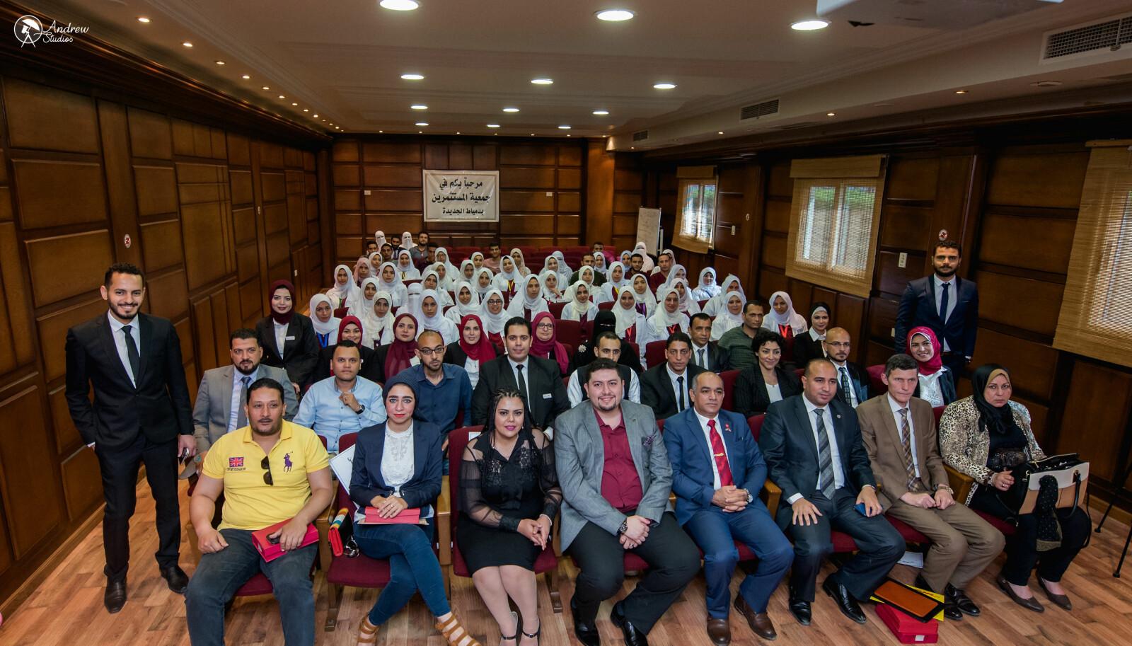 På første rad, foran ansatte og studenter ved Horus Academy, sitter Aihan Jaf i blå dress. Akademiet hentet inn egen fotograf for anledningen.