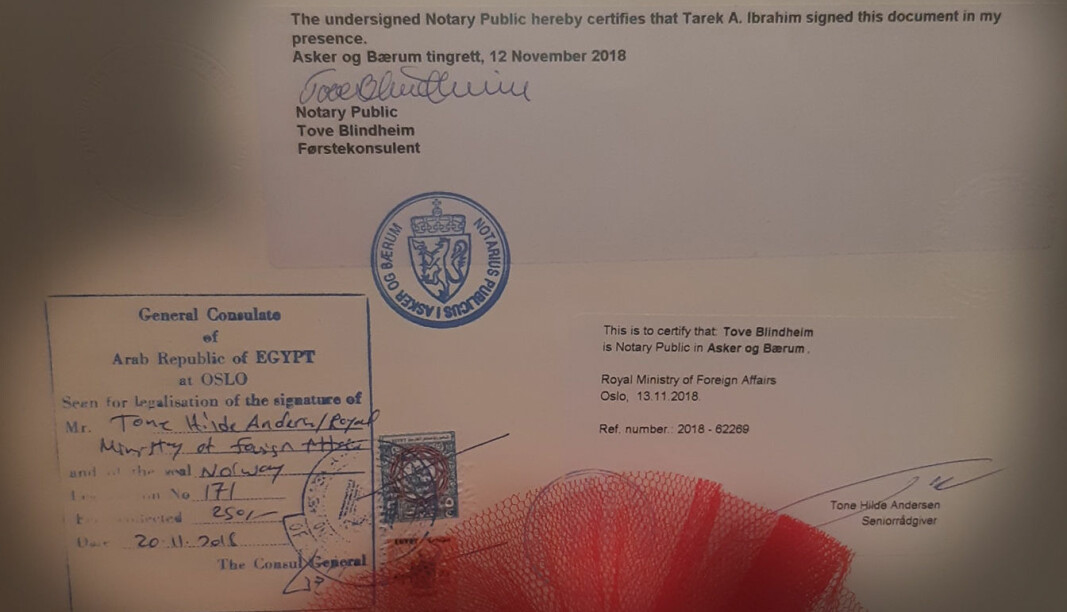 Baksiden av et diplom med stempler fra tingretten, Utenriksdepartementet og ambassaden i Egypt.