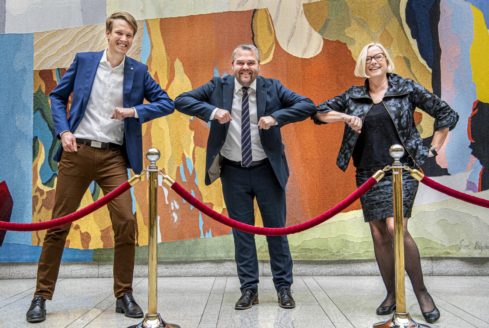 Relevanskameratane feirar på Stortinget etter fleirtal for det dei meiner er eit relevant vedtak. Frå venstre: Torstein Tvedt Solberg (Ap), Roy Steffensen (Frp), og Marit Arnstad (Sp).