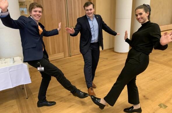 Korona-feiring for studentene: Studentparlamentsleder Andreas Trohjell (i midten) var tilhører, og enig med Gard Skulstad Johanson og Lise Carlsen i at det var best å gå for det mindretallet i utvalget har foreslått.