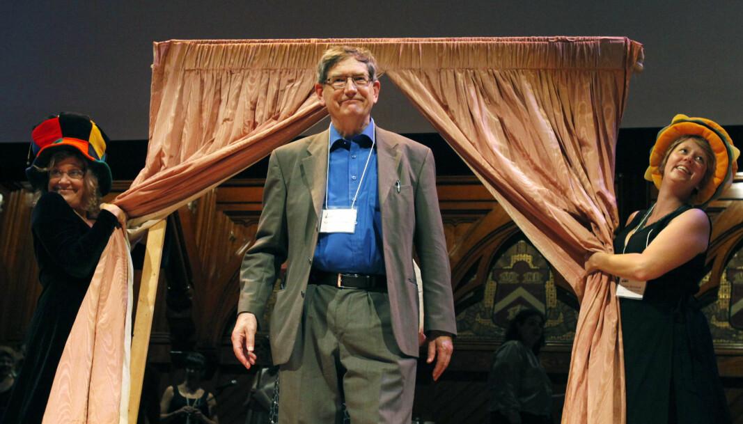 Psykologiprofessoren Karl Halvor Teigen mottok IG Nobel under seremonien ved Harvard University i 2011. IG Nobel er ein pris til forsking som i utgangspunktet kan sjå vanvitig, kuriøs, komisk eller unyttig ut, men som ofte er høgst relevant.
