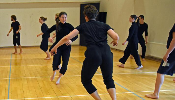 Andreårsstudentene ved skuespillerutdanningen til Nord universitet undervises i bevegelse. Teip på gulvet skal gjøre det lettere å holde nødvendig avstand.