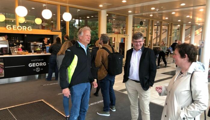 Det var kø i kaffebaren ved UiO ved lunsjtider torsdag og rektor Svein Stølen fikk en prat med to av sine ansatte, Johan L. Tønnesson og Merethe Roos: