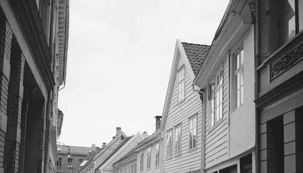 Gatene i Bergens sentrum tok sine navn fra håndverkere som var aktive der. Her ser vi et bilde fra Skostredet, gaten hvor skomakere oppholdt seg fra middelalderen.