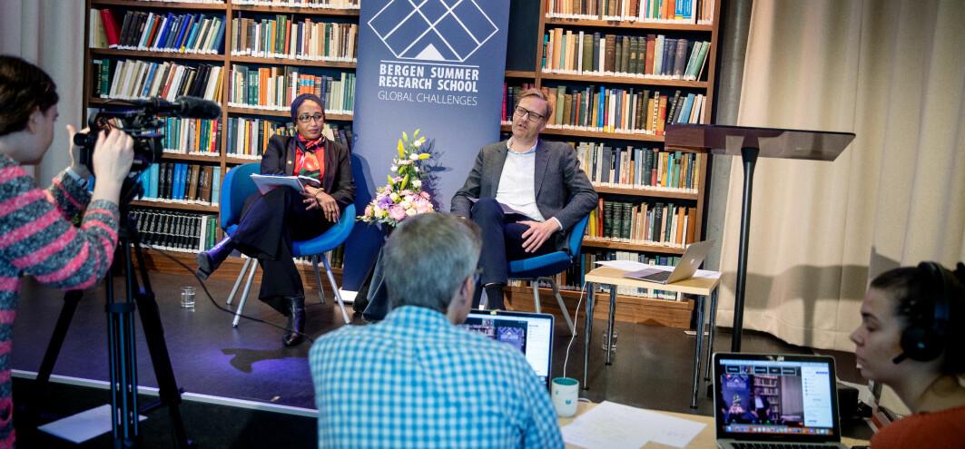 Howaida Faisal Abdelrahman og Håvard Haarstad på scenen. Anja Rørnes Tucker, Tord Rø og Maria Krog styrer teknikken på opninga av Bergen Summer Research School.