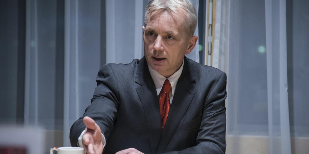 Tidligere statsråd og Ap-politiker, nå fylkesmann i Innlandet, Knut Storberget, får kritikk for å blande sin embetsmannsrolle inn i Høgskolen i Innlandets kamp om å få universitetsstatus.