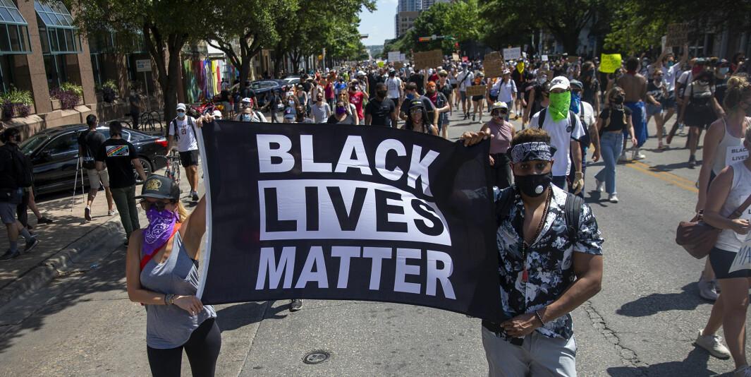 Demonstranter marsjerer fra Huston-Tillotson University til State Capitol i Texas på søndag.