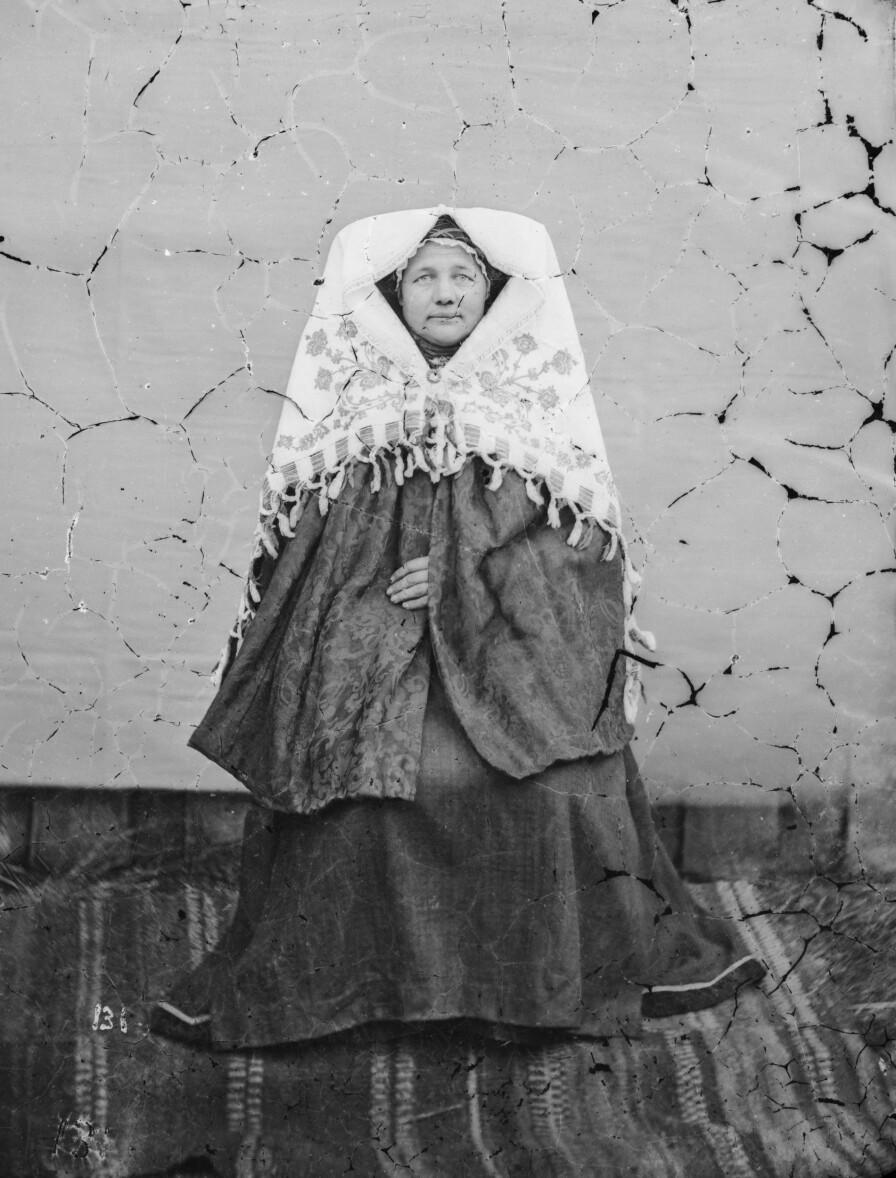 «Brud fra Grungedal (Reisedragt)», fotografert tidleg i 1870-åra. Portrettet er del av ein samling der Knudsen har dokumentert norske folkedrakter. Ubb-kk-nf-131.