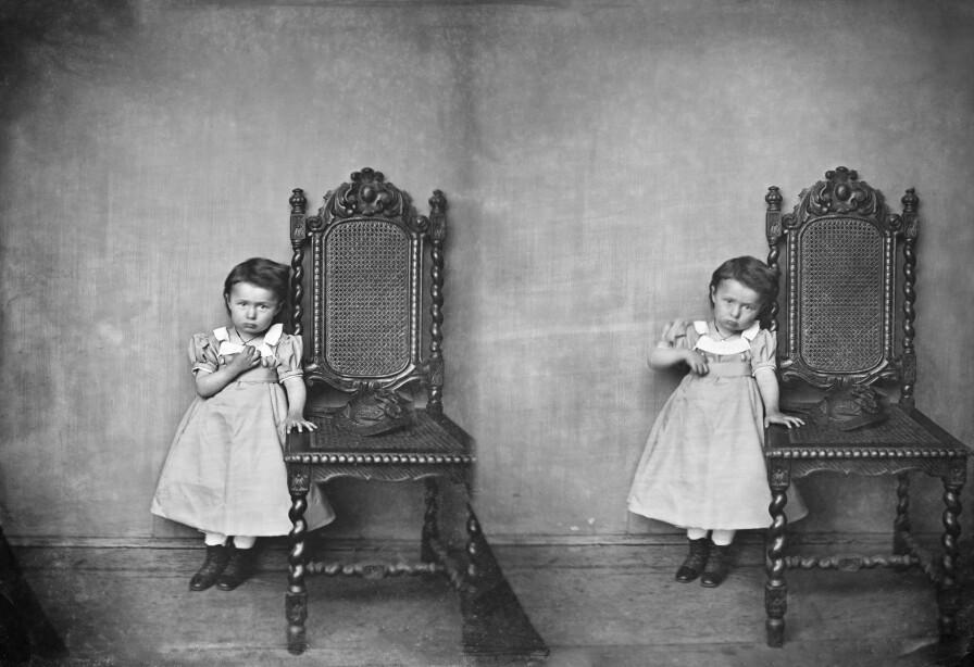 Stereoportrettet av den vesle jenta er også fotografert i Knudsen sitt atelier i Bergen, og igjen, ukjend år. Ubb-kk-1318-3692a.