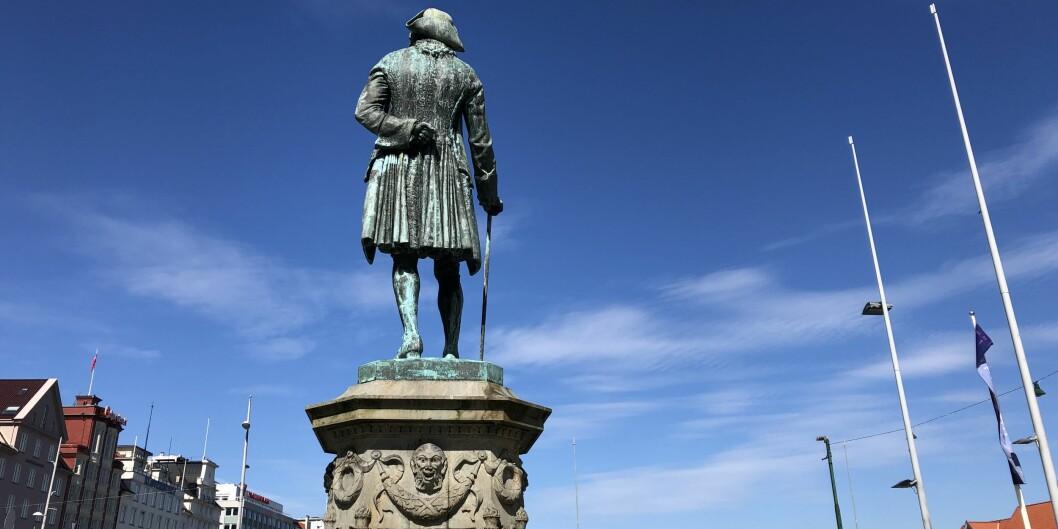 Ludvig Holberg, troner på Vågsalmenningen i Bergen.