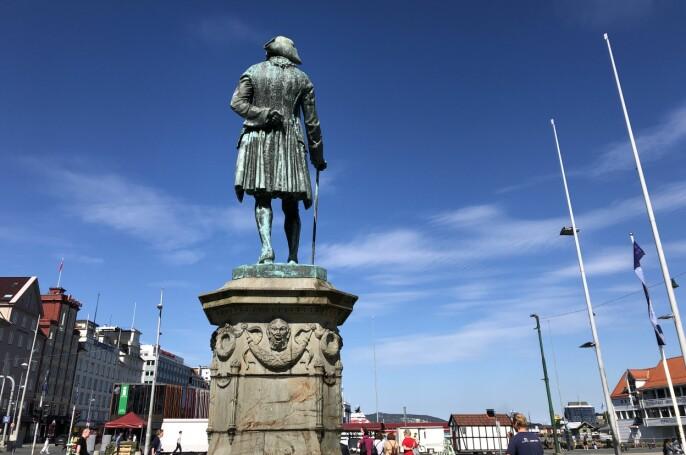 Holberg-statuen har stått på Vågsalmenningen siden 1884. Holberg investerte i det dansk-norske handelskompaniet på 1700-talet, som hadde enerett på slavehandelen i riket.
