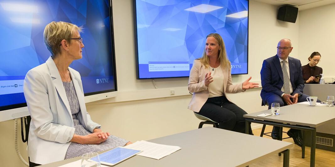 NTNU-rektor Anne Borg og områdedirektør for politikk i NHO, Mari Sundli Tveit, diskuterte arbeidslivsrelevans under et frokostmøte onsdag. Tidligere rektor ved NTNU, Gunnar Bovim, var ordstyrer.