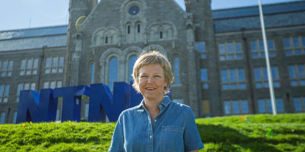 Marit Reitan tar over stafettpinnen fra konstituert prorektor for utdanning, Berit Kjeldstad.