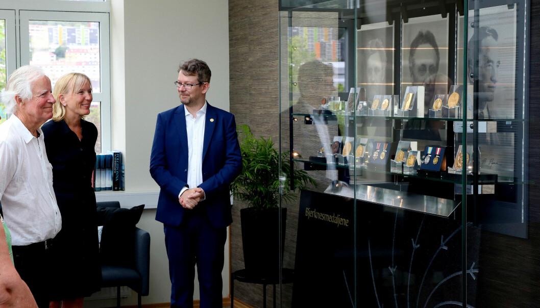 F.v. Representant for Bjerknes-familien, Vilhelm Otto Bjerknes, prorektor ved UiB Margareth Hagen, og historiker ved UiB Magnus Vollset under åpningen av utstillingen.