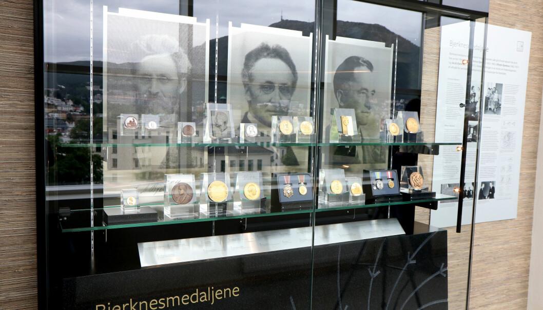 Utstilling av tre generasjoner Bjerknes-medaljer: Carl Anton Bjerknes, Vilhelm Bjerknes og Jacob Bjerknes.