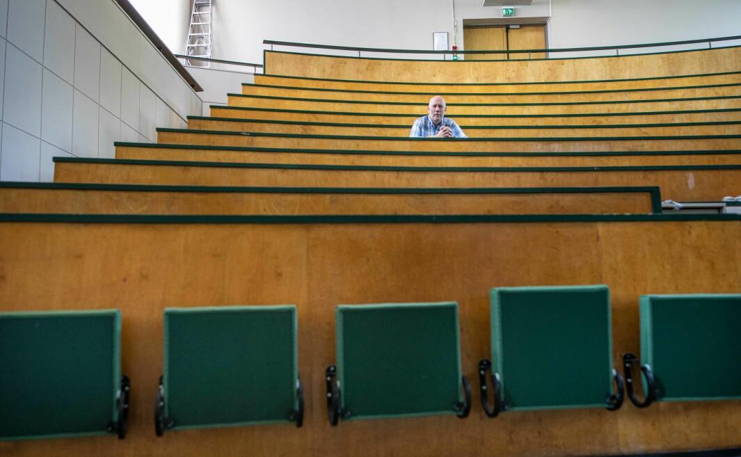 I dette auditoriet kan det samles studenter til høsten. Men før visedekan Knut Mørken vet om det kan sitte studenter på annenhver eller tredjehver pult, må UiO-ansatte ut med meterstokken. Det må være minst en meter fra skulder til skulder.