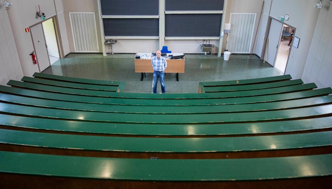 Knut Mørken skuer utover auditoriet.