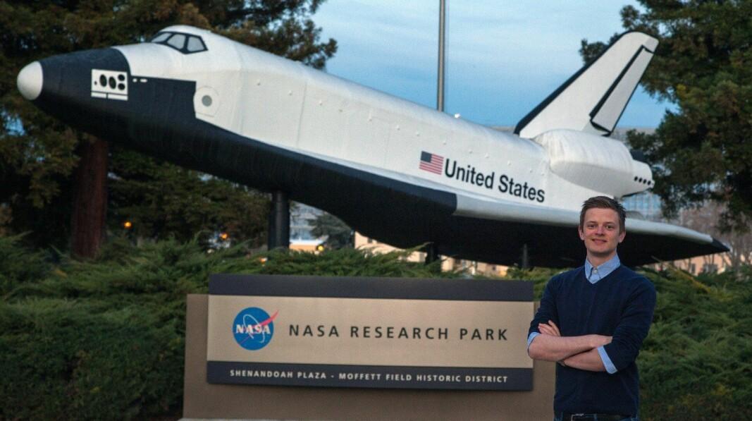 Simen Ekstrøm Sørensen (28) var én av tre norske studenter som i fjor fikk praktikantplass hos Nasa. På bildet står han utenfor Nasa Research Park i California.