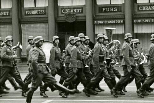 Tyske soldater marsjerer p Torgallmenningen i 1940. Fotograf: Ukjent. Arkivet etter Bergen Brannvesen, Bergen Byarkiv.
