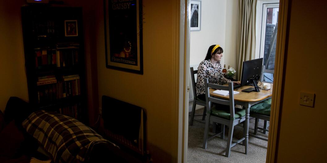 Flere forelesninger vil foregå digitalt til høsten. Det er neppe hensiktsmessig, skriver innleggsforfatterne, men stiller spørsmål ved hva man skal gjøre i stedet. På bildet er en britisk student som sitter hjemme og følger forelesninger fremfor datamaskinen under koronapandemien i vår.