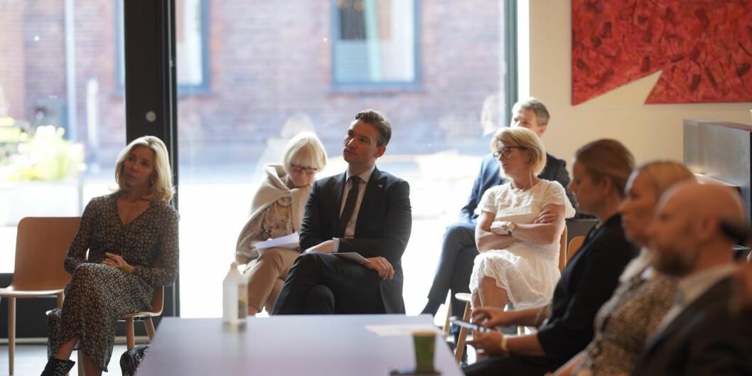 Opptakstalla legges fram. Statsråd Henrik Asheim omgitt av rektorer og prorektorer. Nina Waaler, Berit Rokne og UiTs Anne Husebekk.