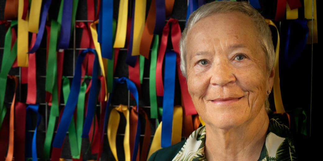 Rektor ved Høgskolen i Innlandet, Kathrine Skretting, avbildet med noen av sløyfene som sla kyttes opp i markeringen mot rasisme.