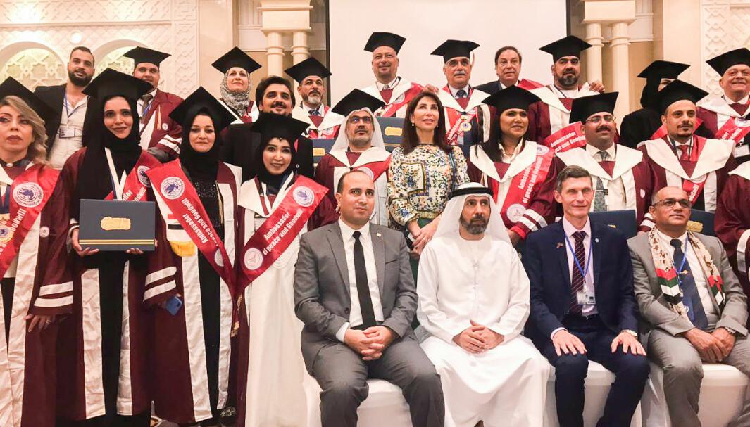 Slik så det ut da Jaf, nede til høyre, poserte sammen med de mange som mottok priser og æresdoktorgrader i De forente arabiske emirater i fjor.