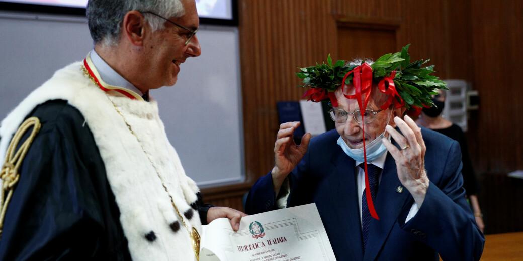 Her mottar Guiseppe Paternò (96) beviset på at han har fullført det treårige filosofi- og historiestudiet ved Universitetet i Palermo.