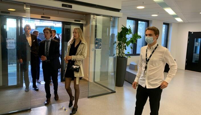 Konsulent Jørgen Høiås understreket alvoret for nye NHH-studenter ved å stille med munnbind i inngangen til dagens immatrikulering.