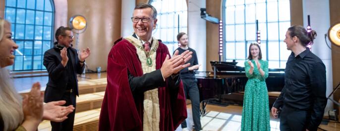 Artisten Sigrid avsluttet seremonien, og hilste på en fornøyd rektor Dag Rune Olsen etterpå.